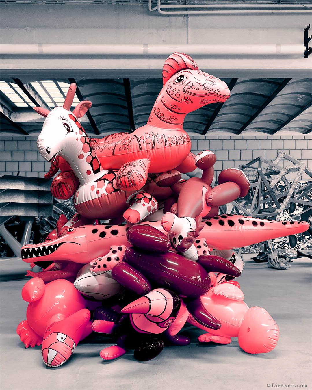 Inflated animals piled on top of each other; work of art as figurative sculpture; artist Roland Faesser, sculptor and painter 2019