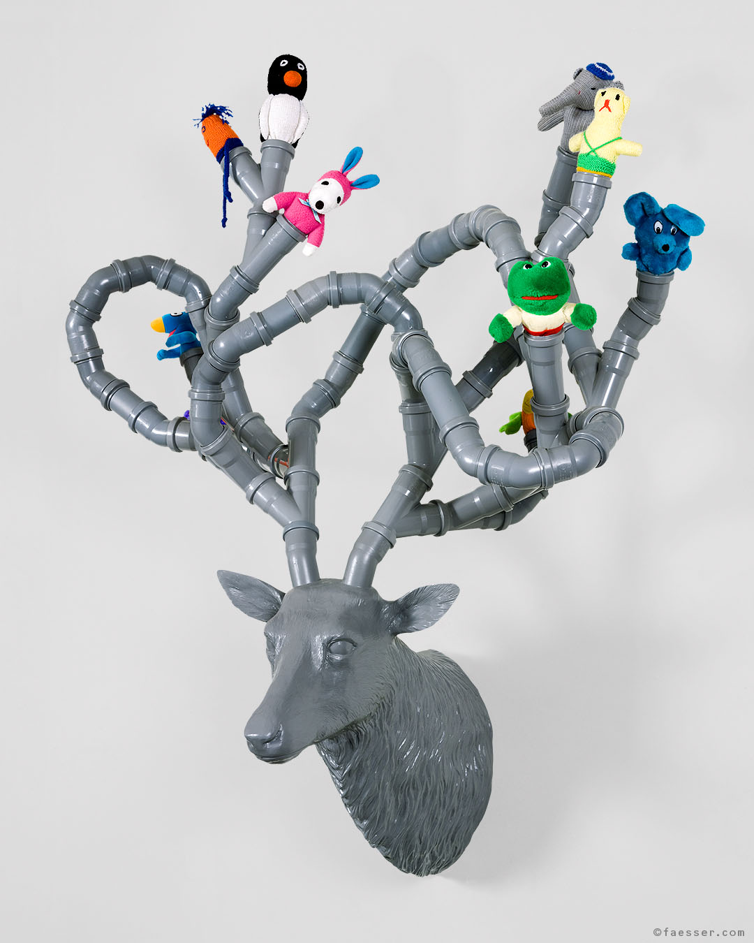 A Capella: deer trophy with outgrown antlers pipes and choral singing plush toys; work of art as figurative sculpture; artist Roland Faesser, sculptor and painter 2007